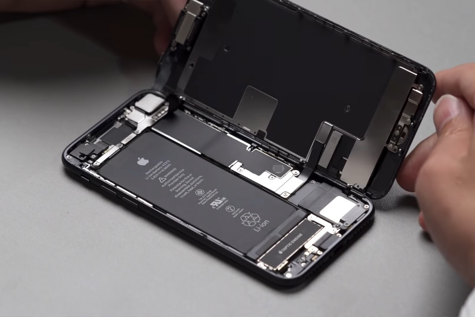 Teardown Shows iPhone 8 Motherboard in the New iPhone SE