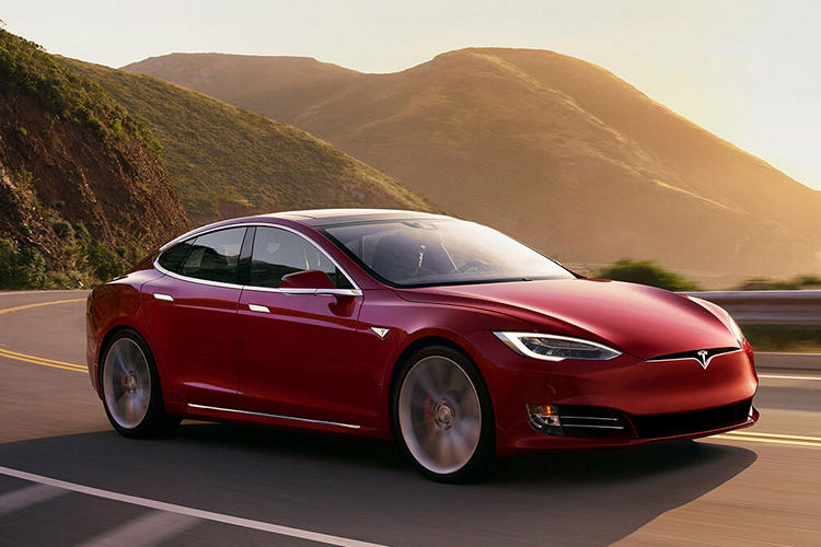 Tesla Cars Can Now Automatically Stop at Red Lights