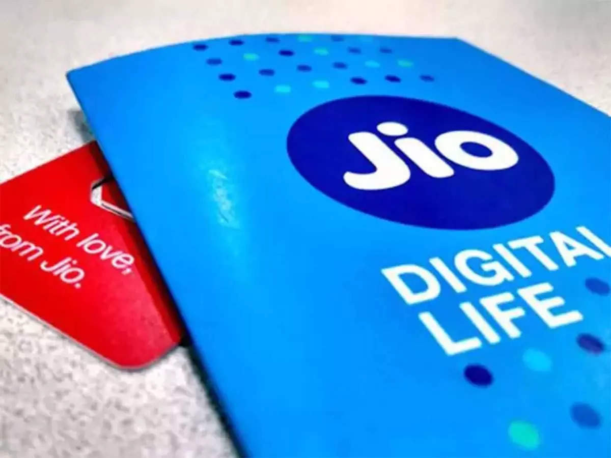 The bat and the bat of Jio users!  Spend less than Rs 7 every day and get 3GB per day data, calls, SMS including many benefits - reliance jio annual recharge prepaid plans with upto 365 days validity data unlimited calling and more benefits